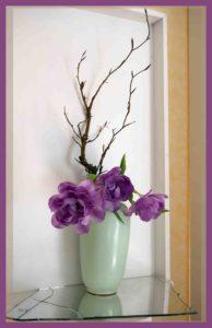 Ikebana mit lila Tulpen