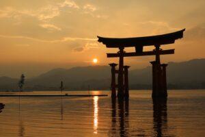 Japanisches Tor im See